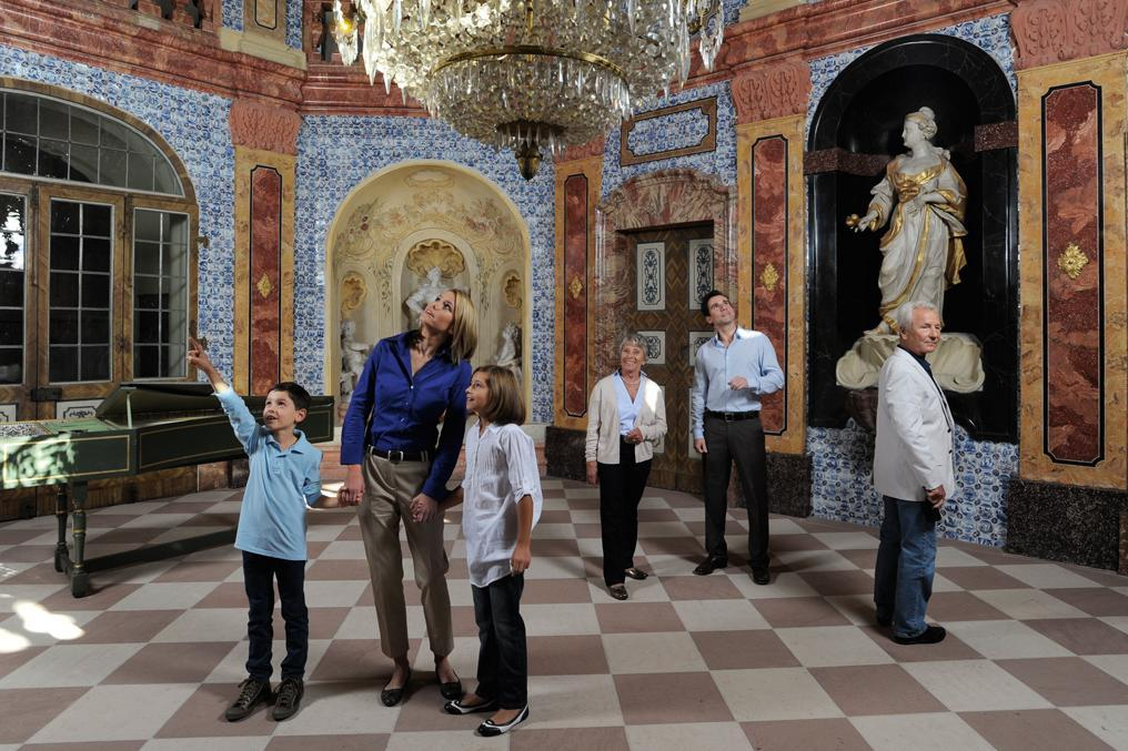 Besucher im Schloss Favorite Rastatt; Foto: Staatliche Schlösser und Gärten Baden-Württemberg, Niels Schubert