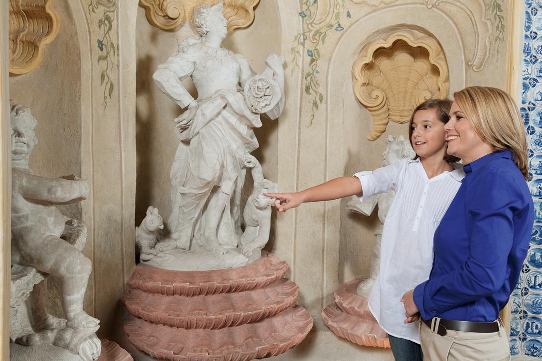 Mutter und Tochter an einer Statue, Schloss Favorite Rastatt