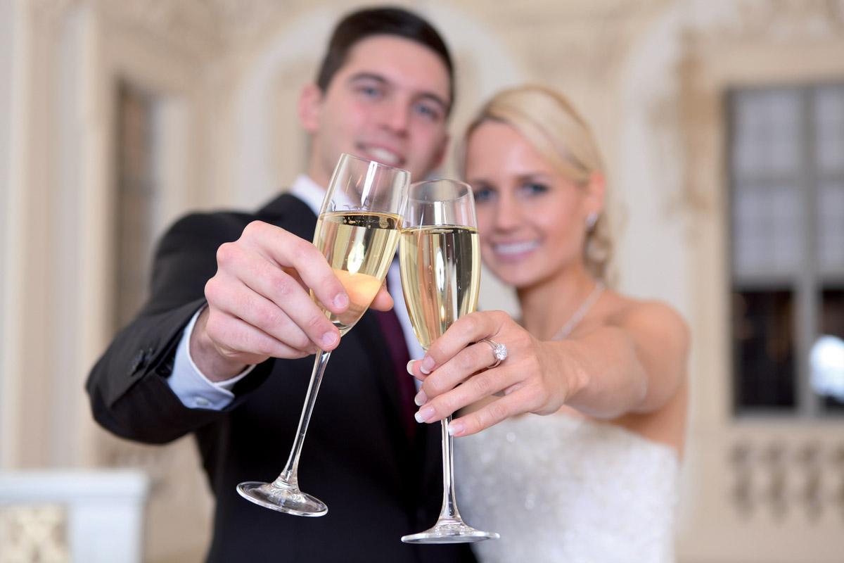 Hochzeitspaar mit Sektgläsern; Foto: AMEA Design & More