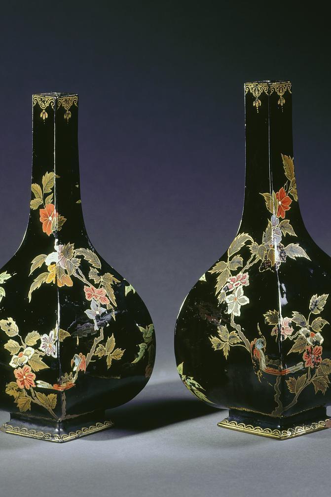 """Sakeflaschen aus """"Schwartz Porcelain"""" in Schloss Favorite Rastatt; Foto: Staatliche Schlösser und Gärten Baden-Württemberg, Arnim Weischer"""