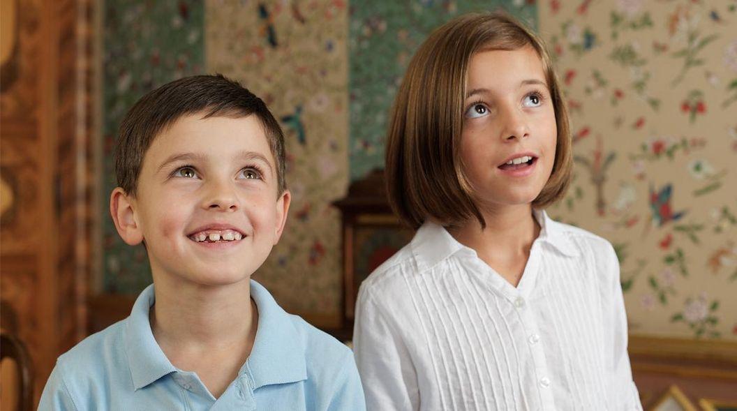 Wide-eyed children staring at bird-themed wallpaper in the Chinese room, Favorite Palace. Image: Staatliche Schlösser und Gärten Baden-Württemberg, Niels Schubert
