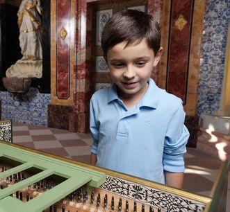 Junge im Schloss
