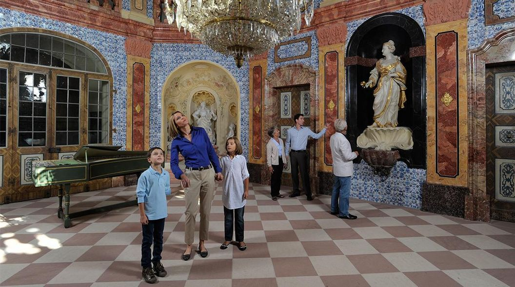 Besucher in der Sala Terrena von Schloss Favorite Rastatt