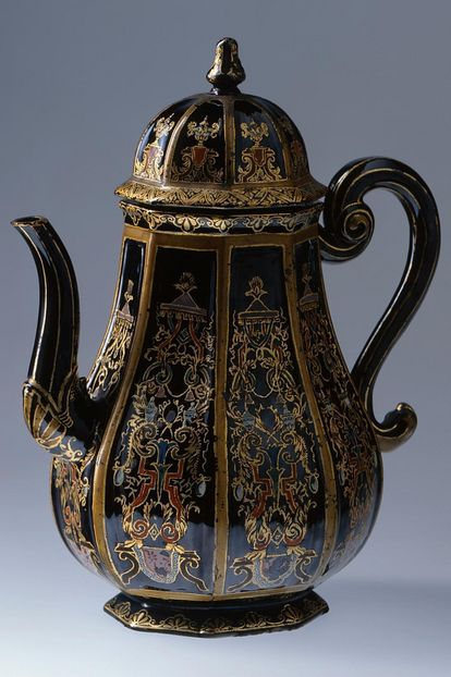 "Coffee pot made of ""black porcelain"", Rastatt Favorite Palace. Image: Staatliche Schlösser und Gärten Baden-Württemberg, credit unknown"