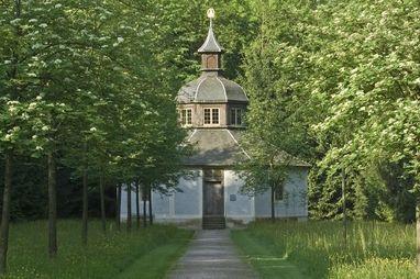 Die Eremitage im Garten von Schloss Favorite heute; Foto: Staatliche Schlösser und Gärten Baden-Württemberg, Andrea Rachele