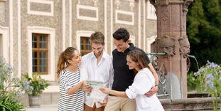 Besucher vor Schloss Favorite