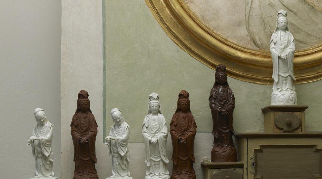 Figuren aus Porzellan und Böttgersteinzeug, nach asiatischen Vorbildern in Meißen gefertigt, Schloss Favorite Rastatt