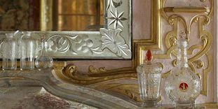 Gläser auf dem Kaminsims des kleinen Speisezimmers im Appartement der Markgräfin, Böhmen 1. Drittel des 18. Jahrhunderts